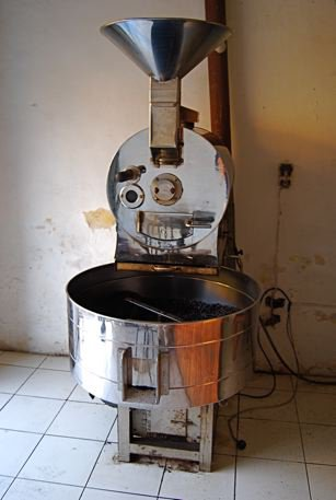 The coffee roaster at Federico's coffee shop where I buy my green coffee beans. Federico is a friend we met last term who's recently become a disciple of Jesus. (Photo is from https://merida40.wordpress.com/)